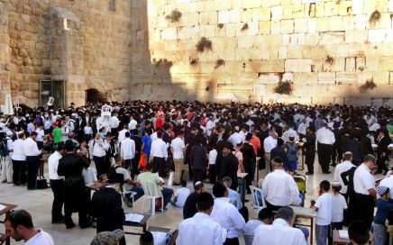 big crowd of people at the Western Wall in Jerusalem